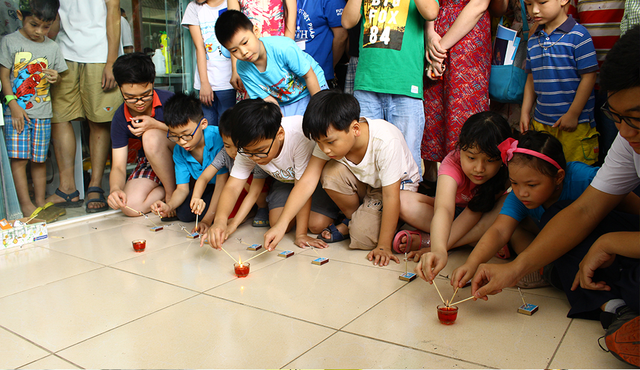 Thực nghiệm phóng tên lửa bằng que diêm được nhiều bạn nhỏ thích thú tham gia.