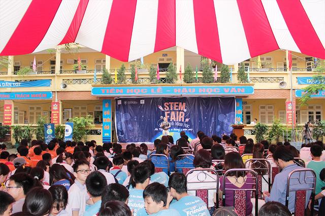 Ngày hội STEM FAIR đã thu hút sự quan tâm tham gia của học sinh nhiều trường THCS và các phụ huynh. Ngày hội sôi động và thú vị với những màn trình diễn đặc sắc.
