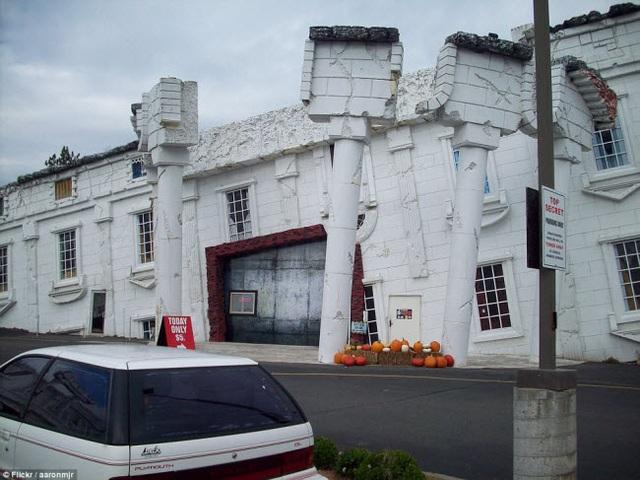 Mô hình Nhà trắng bị bật móng và đổ lộn ngược tại thành phố Wisconsin Dells ở Mỹ thu hút rất đông du khách.