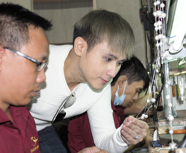 Anh hứng thú với phương pháp chế tác trang sức hoàn toàn bằng thủ công, dựa trên tài hoa của những người thợ kim hoàn.