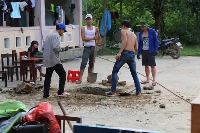 Người đào đất, người bê gạch, trộn vữa, người phát quang bụi rậm xung quanh trường, ai ai cũng cố gắng để hoàn thiện công việc một cách tốt nhất.