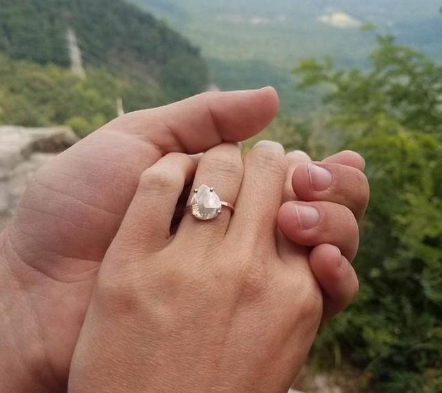 Hooker Lindsey vui mừng khoe nhẫn kim cương bạn trai tặng sau khi nhật thực diễn ra