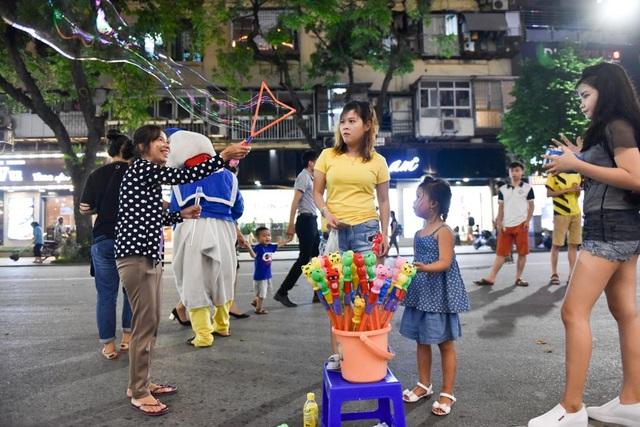Một hàng rong bán đồ chơi đang mời chào du khách.