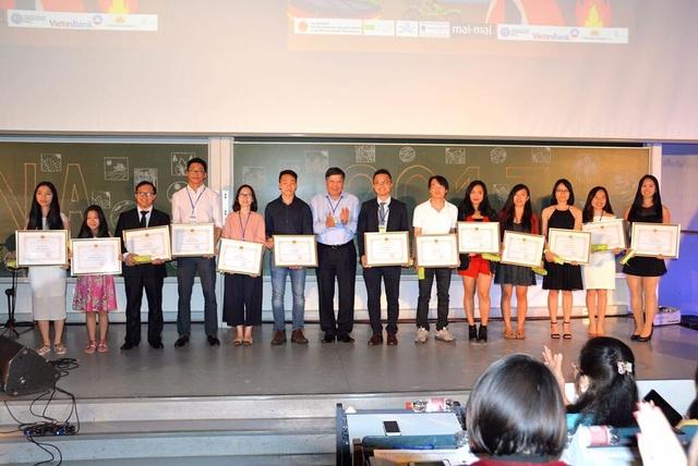 Khen thưởng từ Đại sứ quán tới các bạn SV, thanh niên có thành tích học tập và hoạt động phong trào tích cực.