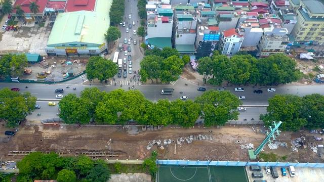 Tuyến đường vành đai 3 này đi qua nút giao với đường Trần Quốc Hoàn và đường Hoàng Quốc Việt. Đây là hai nút giao thống thường xuyên ùn tắc vào giờ cao điểm.