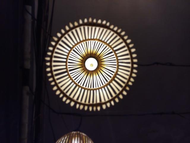 Xoá phông nghệ thuật với việc lấy nét vào chính ánh đèn để làm tối cảnh xung quanh, tập trung vào chủ thể hơn.