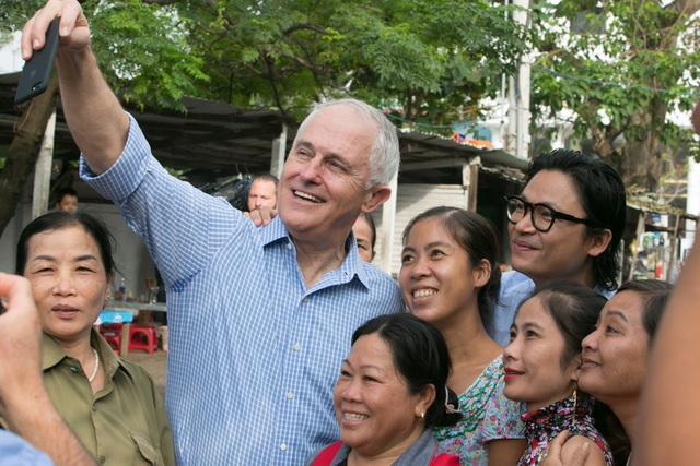 Thủ tướng Turbull chụp ảnh cùng người dân địa phương.