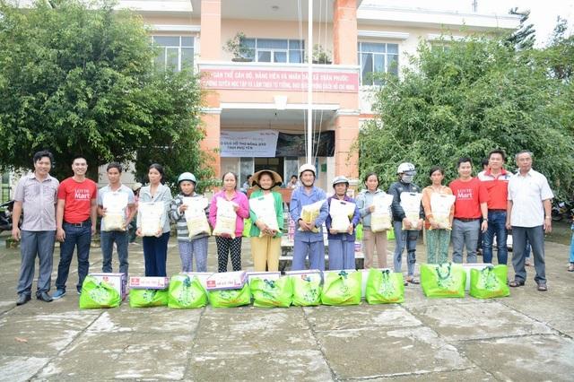 Những phần quà được trao tận tay bà con xã Xuân Phước, huyện Đồng Xuân, tỉnh Phú Yên