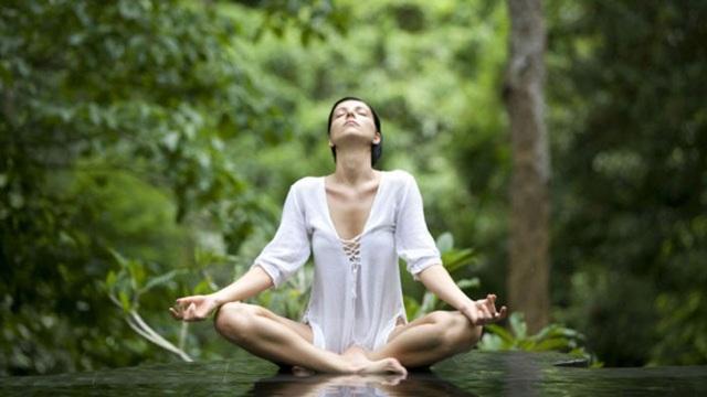 Nhóm thứ 3 là các bài tập co giãn giúp tăng độ linh hoạt ở các khớp, tránh tình trạng chấn thương khi tập như: Yoga, thái cực quyền, khởi động căn bản. Các bài tập này nên kéo dài 5 – 10 phút trước và sau khi luyện tập. Người bệnh nên luyện tập chậm rãi, co giãn vừa phải và cần phải dừng lại nếu thấy đau.