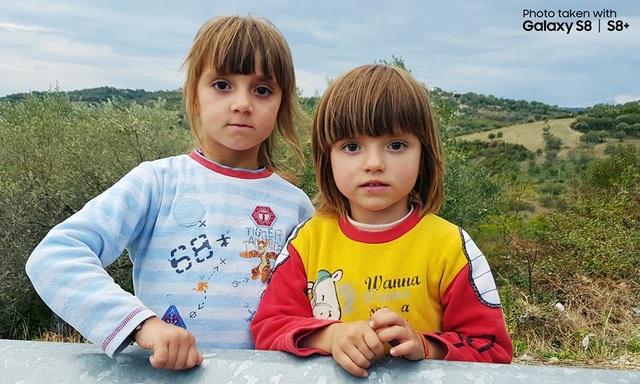 Không cần đến camera chuyên nghiệp, Đăng Khoa vẫn có thể tạo những bức ảnh chân dung xóa phông nhanh chóng với chế độ Selective Focus trên Galaxy S8+. Chân dung hai cô bé người Albania trong ảnh được làm nổi bật với hậu cảnh được xử lý mờ nhẹ.