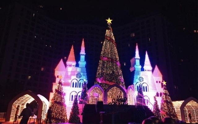 """Royal City rực rỡ với """"Cung điện thiên thần"""" nguy nga tráng lệ giữa quảng trường Hoàng Gia."""