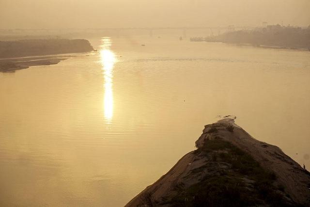Từ trên cầu Vĩnh Tuy có thể thấy bãi bồi ven sông rộng lớn. Đây là địa điểm nhiều bạn trẻ tìm đến để vui chơi.