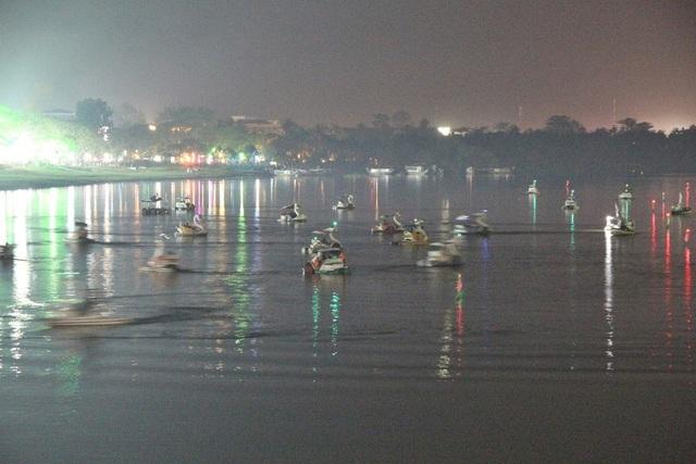 Một số bạn trẻ Huế chọn trò chơi đạp vịt trên sông Hương để đón Giao thừa