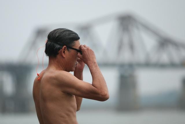 """Một """"đồng môn"""" cao tuổi của ông Phúc cũng có mặt tại bãi sông để bơi khai xuân, đang chuẩn bị xuống nước."""
