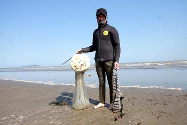 Mỗi tháng chỉ có khoảng 10 ngày có con nước để săn loại rum biển nên nhiều người dân đi săn cả ngày lẫn đêm. (Ảnh: Báo Lao động)