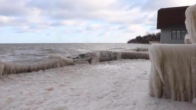 Được biết hiện tượng này xảy ra khi gió mạnh thổi từ hồ vào đất liền, khiến băng tuyết hình thành và che kín ngôi nhà