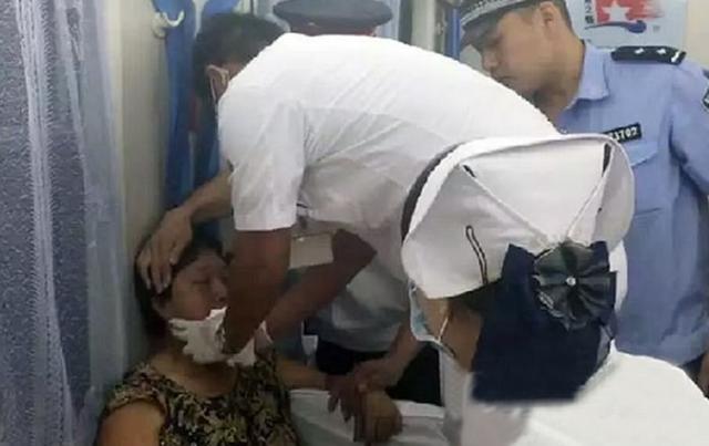 Nhân viên y tế khám chữa cho bà Chiao