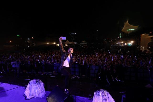 """Bất chấp trời mưa, Isaac vẫn selfie cùng khán giả Thanh Hoá để hoàn thành bộ sưu tập selfie cho tour lưu diễn """"J – VOLUTION""""."""