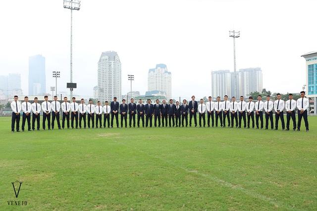 Hi vọng với trang phục được đầu tư tỉ mỉ đến từ nhà tài trợ Veneto, đội tuyển U20 Việt Nam sẽ thêm phần tự tin, mang một phong độ thoải mái nhất vào sân cỏ. Hãy cũng đón chờ và cổ vũ cho các tuyển thủ vào trận đầu đầu tiên tại Worldcup 2017, gặp U20 New Zealand vào ngày 22/5 tới đây!