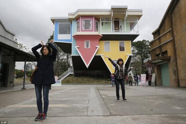 Du khách trước ngôi nhà lộn ngược do một nhóm kiến trúc sư Đài Loan thiết kế tại công viên sáng tạo Huashan ở Đài Bắc.