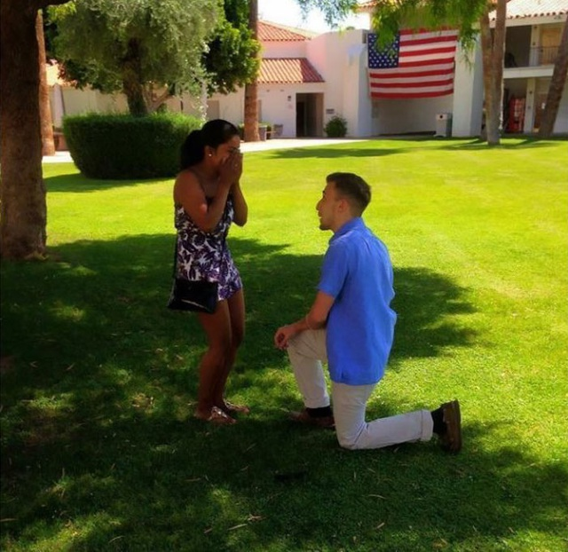 Matt quỳ gối cầu hôn bạn gái tại trường mẫu giáo