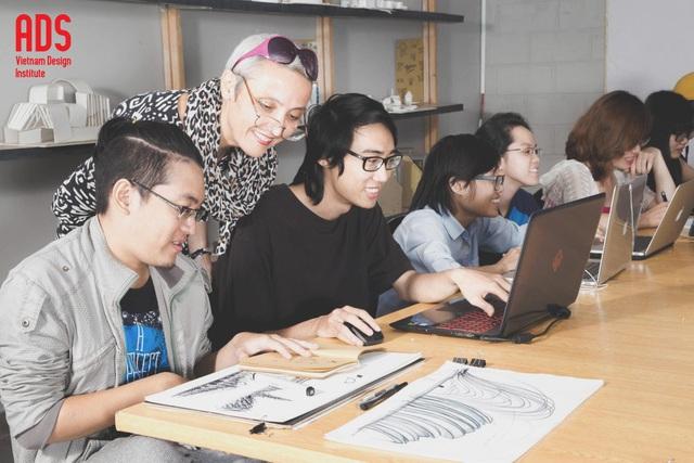 Giờ học thực hành môn Truyền thông thị giác (Visual Communication) của sinh viên ngành Đồ Họa; www.adsvietnam.edu.vn