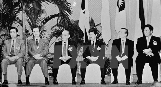 Bộ trưởng Ngoại giao các nước Philippines, Malaysia, Indonesia, Brunei, Việt Nam và Thái Lan dự Hội nghị Bộ trưởng Ngoại giao ASEAN lần thứ 12 tại Singapore (13/2/1997). (Ảnh: Tư liệu TTXVN)