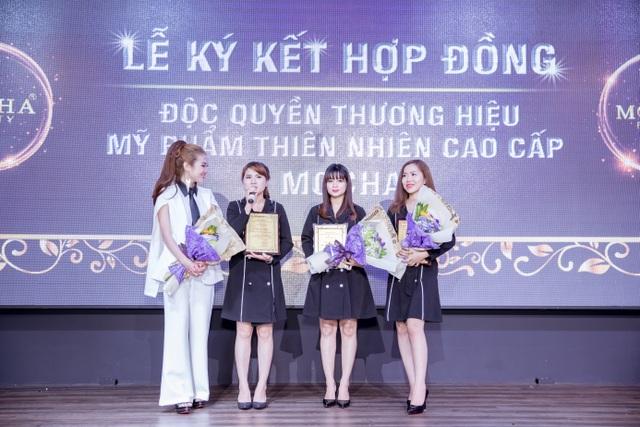 TGĐ. Bùi Thị Thu Hà trao tặng bảng vàng chứng nhận cho 3 nhà phân phối mới