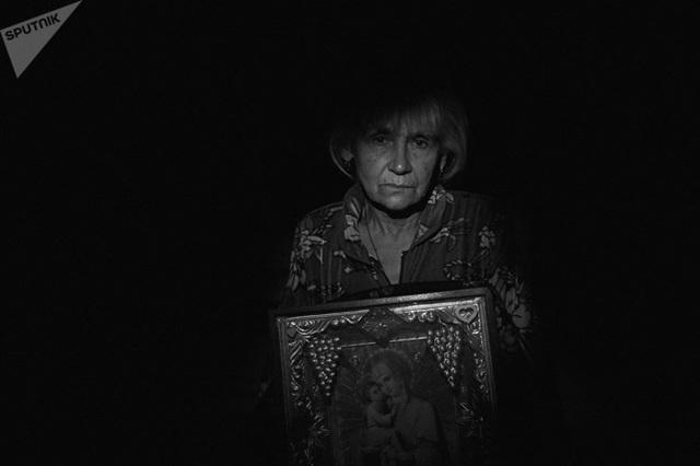 Bà Yekaterina Belyaeva, 65 tuổi, sinh sống tại làng Vesyolove gần sân bay Donetsk- nơi thường xuyên xảy ra giao tranh giữa quân Chính phủ và phe đối lập. Ảnh: Sputnik