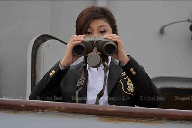 Bà Yingluck theo dõi một bài tập của Hải quân Hoàng gia Thái Lan tại Căn cứ hải quân Sattahip (Chon Buri, Thái Lan) ngày 3/4/2012. Ảnh: Bangkok Post