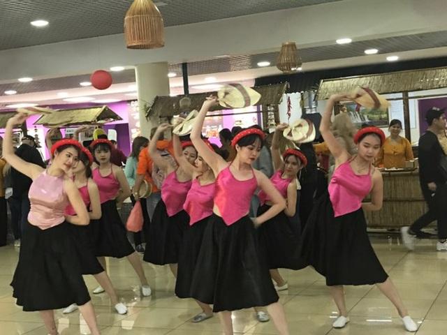 Các nghệ sĩ và các cây văn nghệ của cộng đồng người Việt ở Mátxcơva cũng biểu diễn rất nhiệt tình.
