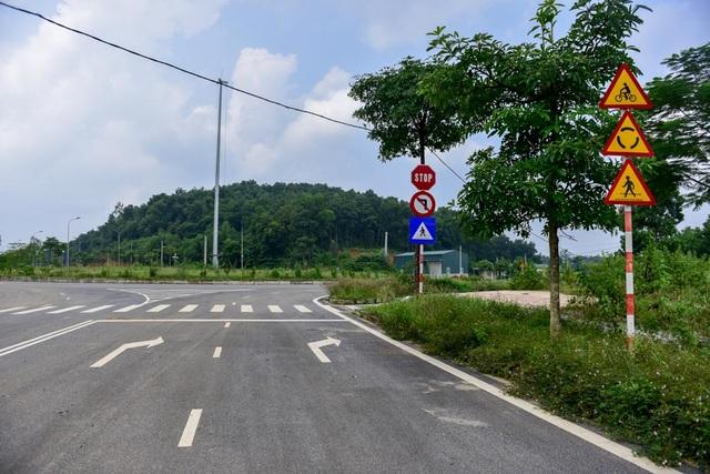 """Bên cạnh các công trình """"tiên phong"""", hạ tầng giao thông trong khu vực cũng bước đầu được triển khai, một số tuyến đường đã làm xong."""