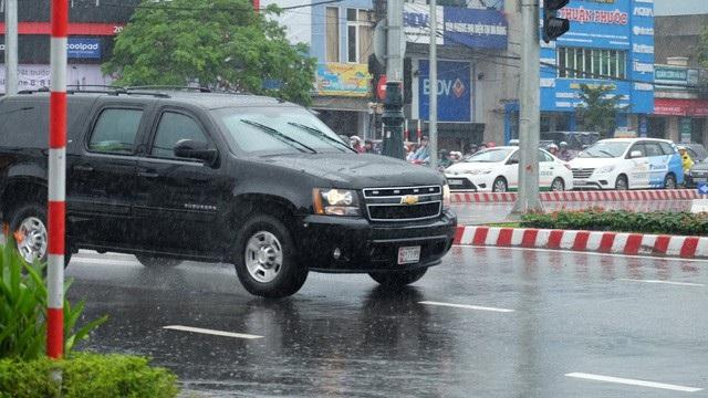 Đoàn xe di chuyển rất nhanh qua nút giao thông Nguyễn Tri Phương - Nguyễn Văn Linh.