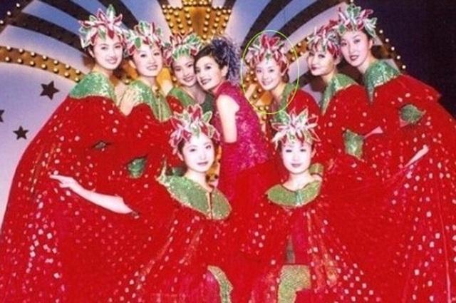 Tôn Lệ (khoanh tròn) thời còn đóng vai múa phụ họa cho Triệu Vy trong phim