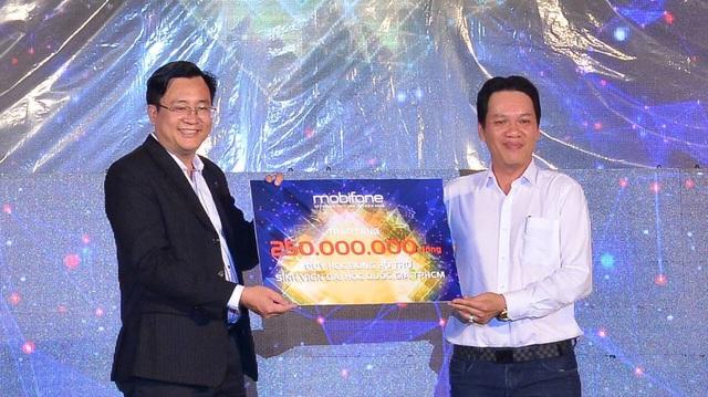 Đại diện của MobiFone trao tặng 250 triệu đồng cho quỹ hỗ trợ sinh viên Đại học Quốc gia TP.HCM