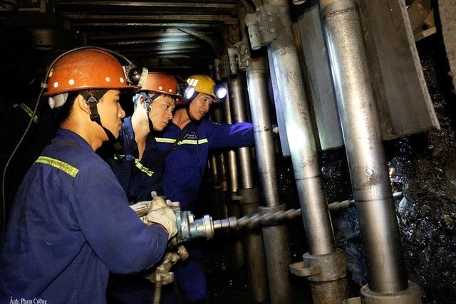 Công nhân khoan mìn dưới hầm