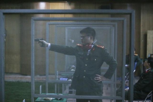 Một nam chiến sĩ Cảnh vệ thực hiện phần thi súng ngắn bắn chậm.