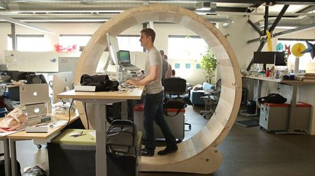 Chỗ làm việc dành cho nhân viên giống như bánh xe khổng lồ của chuột hamster.