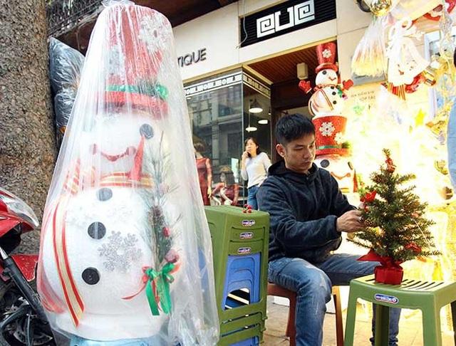 """""""Nặn"""" người tuyết, nghề độc lạ ở Thủ đô mùa Noel - 3"""