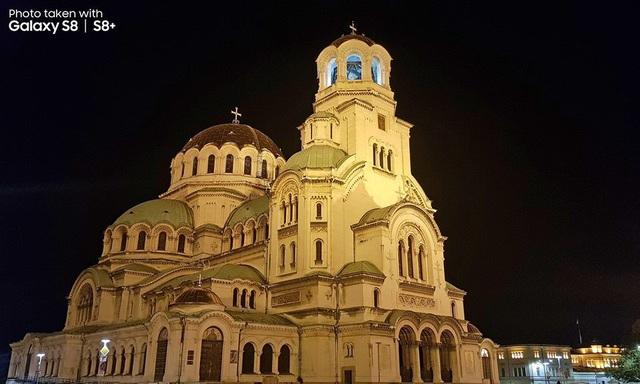 Với khẩu độ tối đa f/1.7, thánh đường ở Bulgaria vẫn hiện lên đầy quyền uy không khác gì khi chụp bằng máy chuyên nghiệp dù môi trường tác nghiệp của anh đang thiếu sáng.