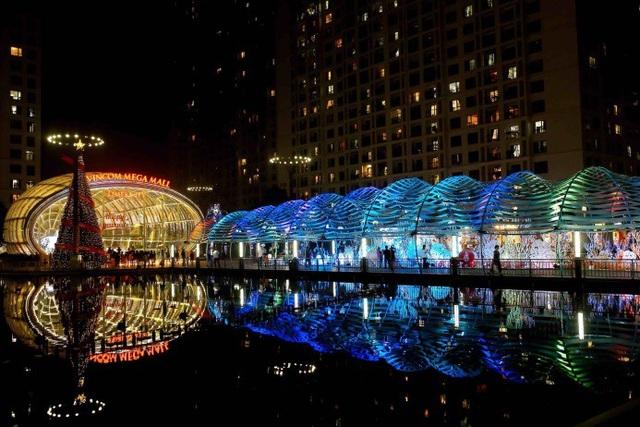 """Giáng sinh dưới Thủy cung độc đáo tại """"Vũ hội đại dương"""" với mái vòm mô phỏng họa tiết sóng chuyển động sắc màu tại Times City."""
