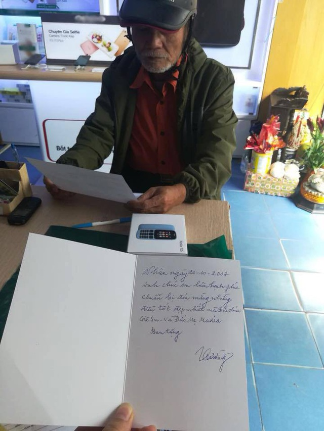 Hình ảnh người đàn ông mua tặng vợ chiếc điện thoại Nokia kèm tấm thiệp với lời nhắn nhủ tình cảm khiến cộng đồng mạng xúc động. Ảnh I.T