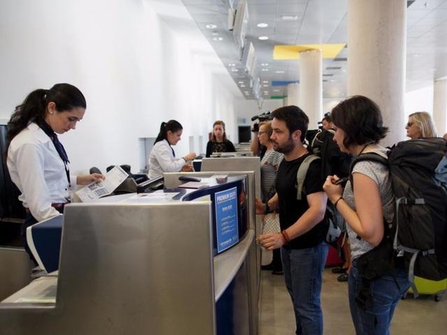 Một nhân viên của hãng hàng không United Airlines đã đe dọa hủy đặt chỗ của Navang Oza khi anh sử dụng điện thoại để ghi lại một vụ tranh chấp về hành lý quá khổ. Đoạn video đã được đăng tải lên Twitter và được chia sẻ gần 5.000 lần. Trong một bài phỏng vấn của Business Insider, hãng hàng không United Airlines đã nói rằng họ sẽ xem xét tình huống này và sẽ có cuộc nói chuyện với cả nhân viên cùng Oza để hiểu rõ hơn sự việc đã diễn ra.