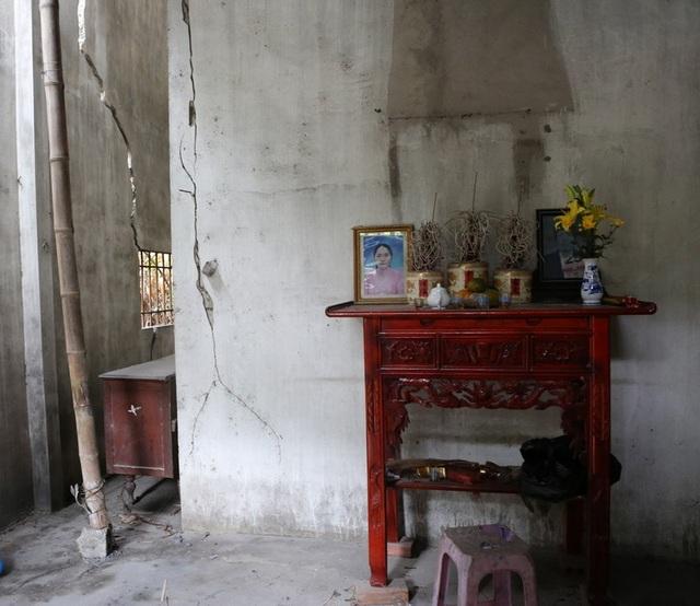 Nhà lún vẫn phải dành chỗ thờ cúng tổ tiên trong tường nứt hiểm nguy.