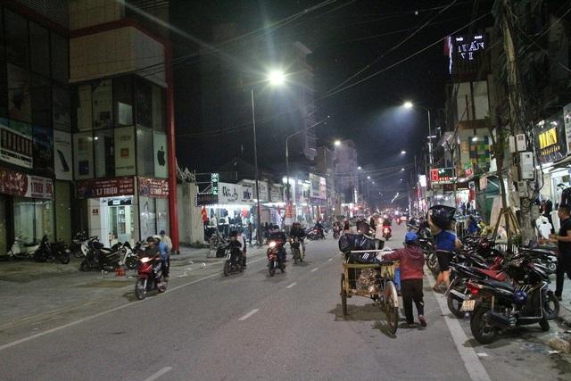 Nhiều con đường lớn như Hùng Vương, Điện Biên Phủ, Đống Đa... ít người qua lại mà ở nhà để đón năm mới