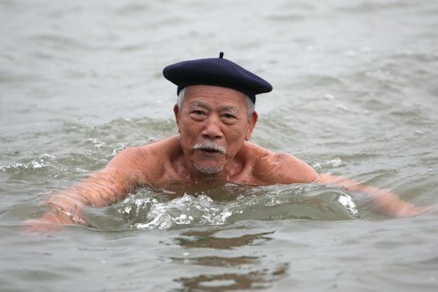 Mục đích chủ yếu của buổi bơi là để khai xuân sức khoẻ, hôm nay cụ Diễm chỉ xuống nước khoảng 20 phút. Tuy nhiên, cụ cũng kịp bơi vài vòng, quyết tâm một năm rèn luyện để sống vui, sống khoẻ.