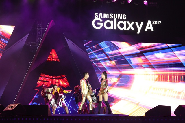 Sân khấu ra mắt Galaxy A 2017 cũng là lần đầu tiên khán giả được lắng nghe bản mashup Bad Boy – Bống Bống Bang Bang – Hai Cô Tiên do Đông Nhi và ISSAC thể hiện.