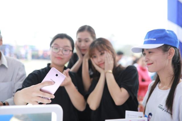 """Trước đó, tại quảng trường Lam Sơn, khách tham gia chương trình cũng đã có cơ hội trải nghiệm công nghệ đỉnh cao với dòng điện thoại Galaxy J Prime với các tính năng nổi bật như cụm camera """"Thủ lĩnh bóng tối"""" với khẩu độ f/1.9 cho hình ảnh sắc nét trong điều kiện thiếu sáng hay tính năng bảo mật vân tay một chạm…"""
