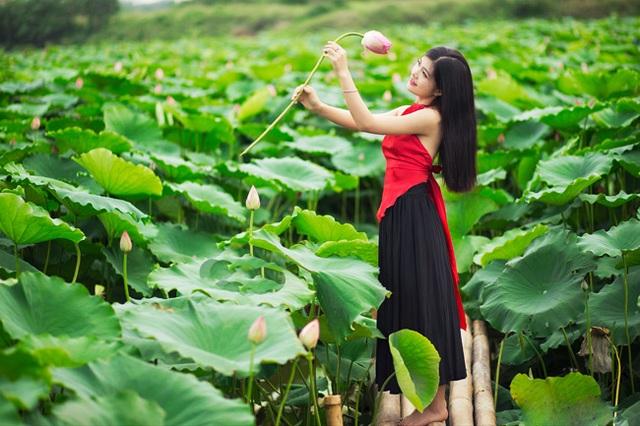 Dưới sự gợi ý của các phó nháy chuyên nghiệp, các cô gái dễ dàng chọn được góc ảnh đẹp nhất (ảnh: Pai Trần).