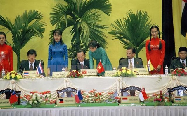 Thủ tướng Phan Văn Khải ký Tuyên bố Hà Nội tại Hội nghị Cấp cao ASEAN lần thứ 6, tổ chức tại Hà Nội (15-16/12/1998). (Ảnh: Minh Điền/TTXVN)